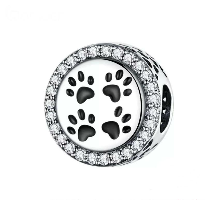 Charm corazón con huellas negras en plata de primera ley rodeado de circonitas transparentes. Compatible Pandora.